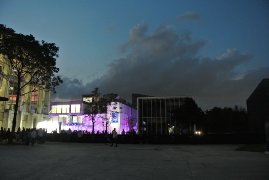 Open-air dinner set in front of ShanghArt Gallery 香格纳画廊门口摆了露天晚宴