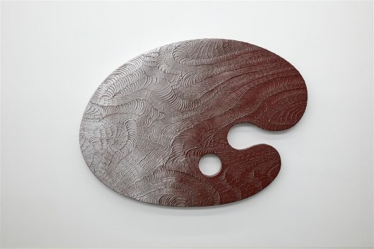 "关小,《调色板—冷酷棕》,雕塑,木板、模型土、漆,164 × 120 × 7 cm,2015 / Guan Xiao, ""Palette—Cold Brown"", sculpture, wood board, poly clay, lacquer, 164 × 120 × 7 cm, 2015."