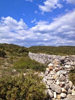 la Ligne dans le paysage part à l'assaut des collines