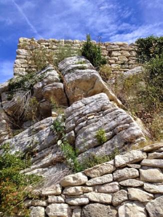 L'entrée sur le rocher