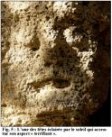 Tête sculptée (ph. P. Courbon)