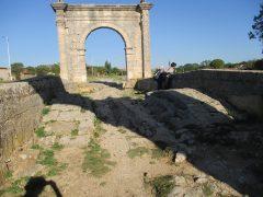 Pont Flavien et chaussée déformée