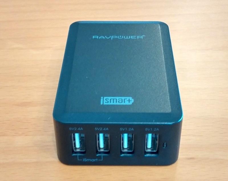 Das RAVPower USB Netzteil verfügt über vier Anschlüsse (Bild: Copyright Benjamin Blessing).