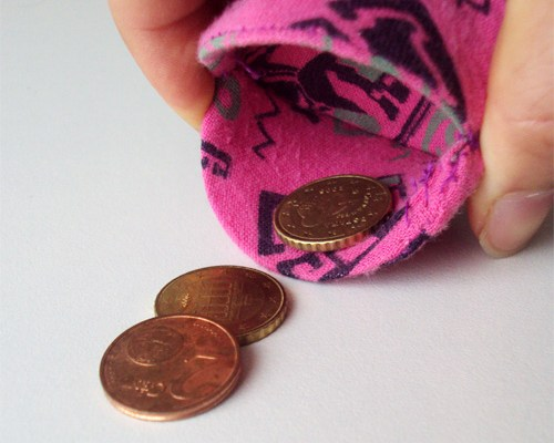 Kai no Kuchi – Coin wallet made of yogurt lid and old shirt