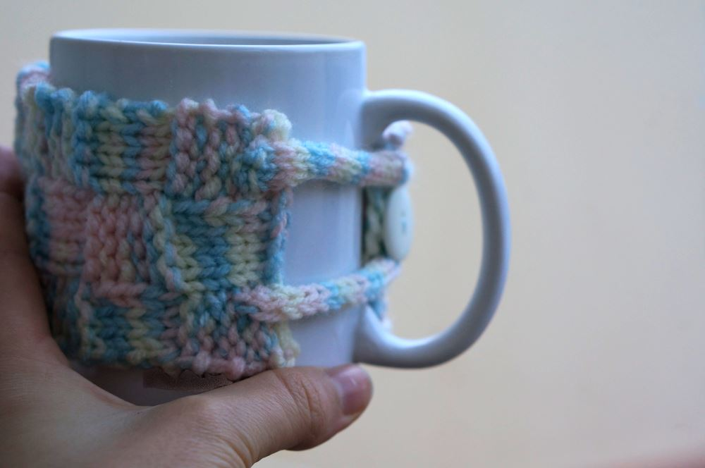 Knitted mug cozy - finished