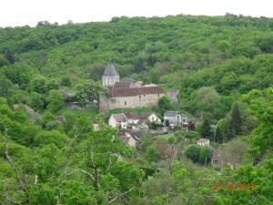 L'église romane est à l'intérieur de l'enceinte du château