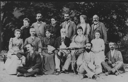 Debout de gauche à droite : Marie-Thérèse (Simon) et Emmanuel, Thérèse, Charles, Pierrine (Herzog), Benjamin Poucel, Assis sur le banc de gauche à droite : Emilie (Vincent), Amédée de Crozet, Marguerite (Poucel), Henri, Gabrielle (Fauchier), Blanche (Camena d'Almeïda). Assis par terre de gauche à droite : Pierre, Gabriel et Henri.