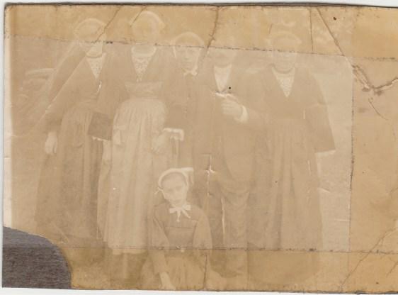 Léontine Malaboeuf, Marie-Joseph Malaboeuf, Anne Lanoë, Jean-Pierre Hamon, devant Angèle Malaboeuf - Collection Marie-Thérèse Lanoë