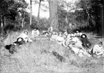 Après un déjeuner dans les bois - Août 1913