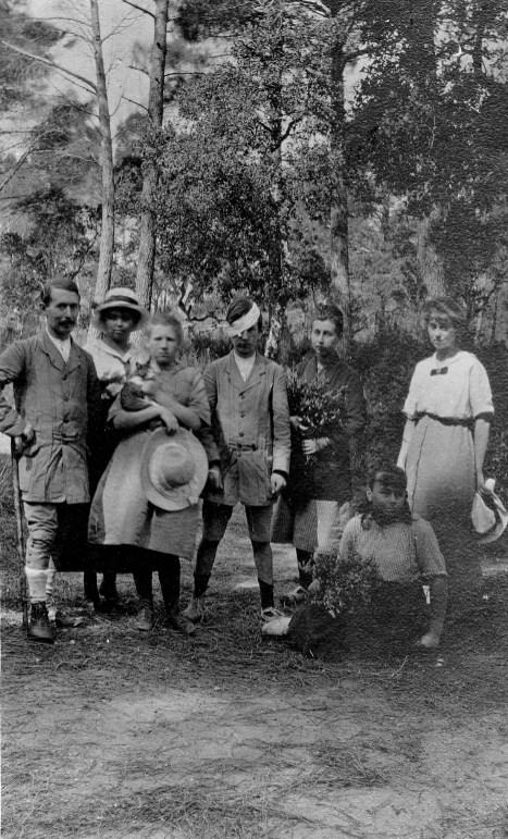 On revient de cueillir la bruyère - Vacances à Léoube - 1917