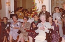 Cousinade Chancel du 21 mars 1981 : Assises : Lucienne Bourgin, Mireille Legré, Françoise Guillemot, Madeleine Fine, Geneviève Abeille, Jacqueline Labbé ; Denout : Charles de Raphélis-Soissan, Jacqueline de Raphélis-Soissan