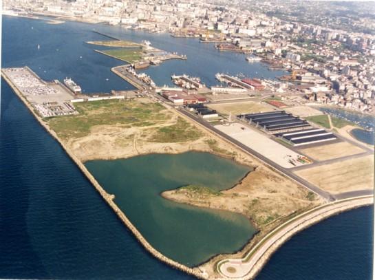 1992-Aspecto Terminal de Bouzas. En la parte derecha de la fotografía se puede observar el antigüo Campo de Las Gaviotas del Rápido, que era perpendicular respecto de su situación actual (Foto Archivo Porto de Vigo)