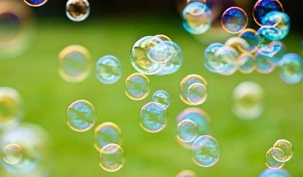 Dietro a bolle di sapone