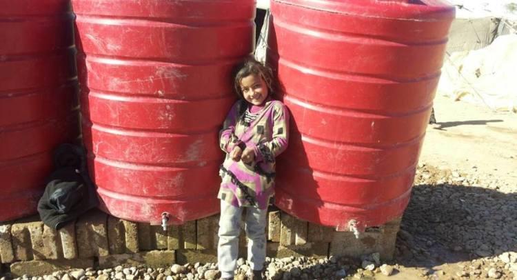 """تحت خيام """"الخيش"""".. نازحون من حمص وحماة يعانون في الرقة"""
