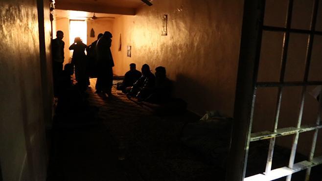 لقطة من مقطع فيديو لسجناء يجلسون في زنزانة بسجن المالكية (ديريك) في فبراير/شباط 2013. © 2013 ماني لصالح هيومن رايتس ووتش