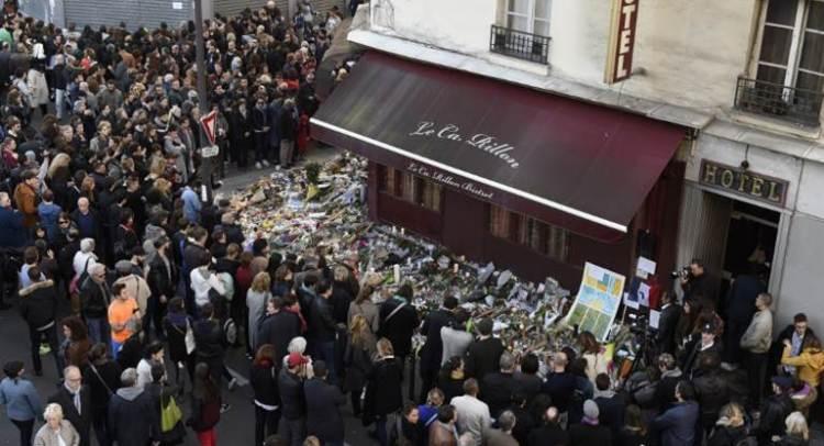 تجمع للناس أمام إحدى المطاعم التي طالتها سلسلة الهجمات الإرهابية في باريس (أ ف ب)