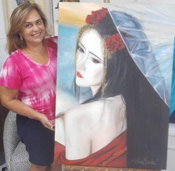 Artista Patrícia Boechat ao lado da sua obra Gueixa