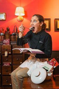 Ada Parellada refuerza su imagen corporativa con este retrato que une sus pasiones; la cocina, la escritura y la pedagogia culinaria