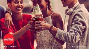 Anuncio de Cocacola en el que un grupo de jóvenes sonrientes brindan con sus botellines