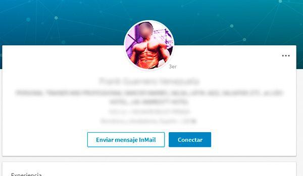 No cometas este error en tu foto de perfil para Linkedin: evita poses poco apropiadas, Linkedin es una red social profesional