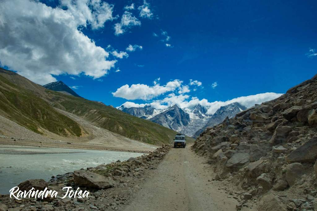 Dirt road drive from Manali to Chandra Taal next to river Chenab