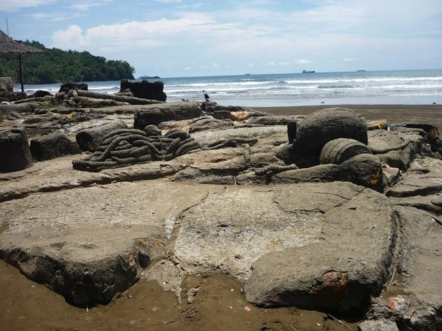 Pantai Air Manis dan legenda Malin Kundang