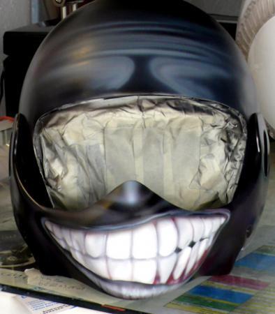 Peinture sur casque moto le sourire  Raymond Planchat peintre arographe cours de peinture vente