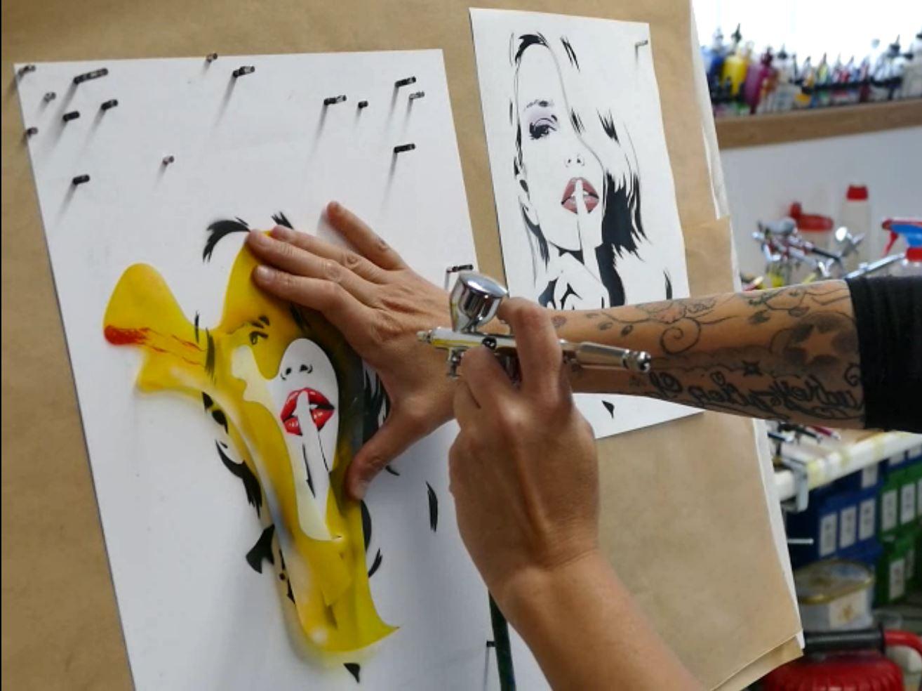cours arographe portraits de femme avec pochoirs  Raymond Planchat peintre arographe cours de