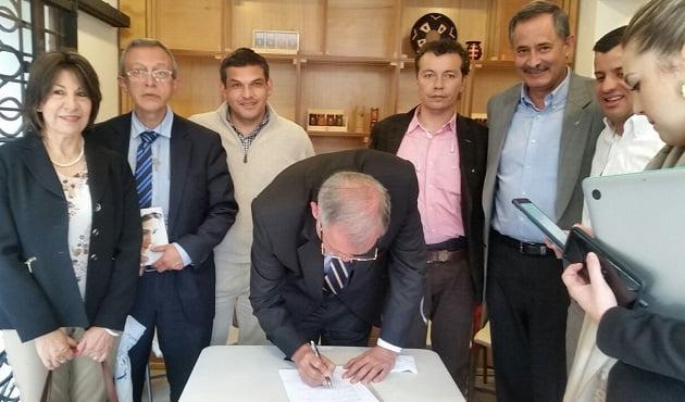 El candidato presidencial firmó el Manifiesto por la Vida, promovido por la plataforma ciudadana Unidos por la Vida.