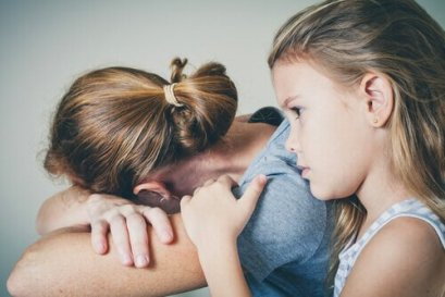 nina-con-su-madre-deprimida