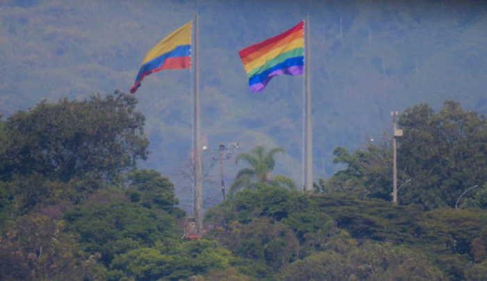 Alcalde Federico Gutiérrez iza de nuevo bandera gay en el lugar de la de Antioquia