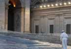 Francisco en una solitaria Plaza de San Pedro