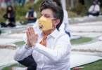 Claudia Lopez haciendo Yoga