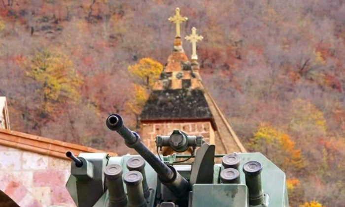 Tanque ruso de las fuerzas de paz custodia en monasterio de Dadivank