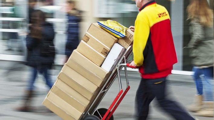 Versuchter Warenkreditbetrug  Prchen versucht Paketboten in Berlin zu berauben  rbb24