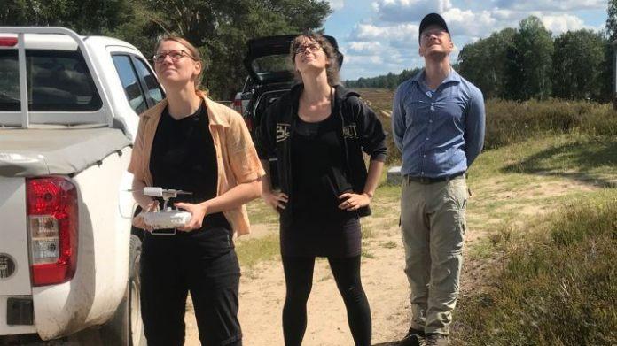 Anne Schildhelm and Vanessa Ochlast from Ecostrat and Carsten Neumann from the Geo Research Center observe the drone flight (Image: rbb / Joern Pissowotzki)