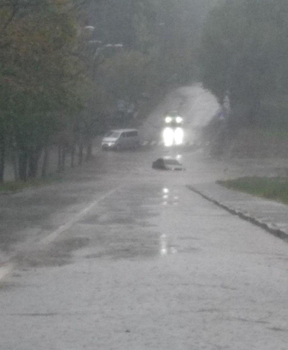 Авто ныряют по фары, транспорт стал: Киев поплыл после ливня (фото и видео)