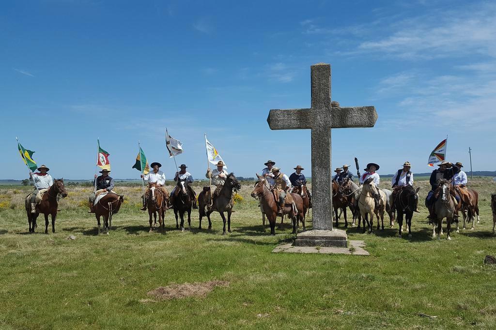 Cavalgada da Paz, como parte da programação cultural da 10.ª Feira Municipal do Livro de São Gabriel. A foto é no Monumento da Batalha do Caiboaté