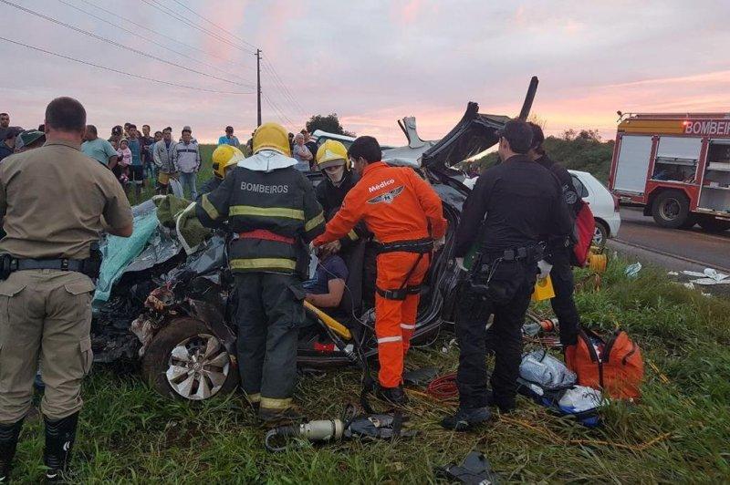 Um grave acidente deixou três pessoas mortas na tarde de domingo, 25 de março, em Bom Jesus, no Oeste do Estado. Um homem e duas crianças, de oito e 11 anos, morreram após uma colisão frontal na SC-155, próximo ao posto da Polícia Militar Rodoviária (PMRv).