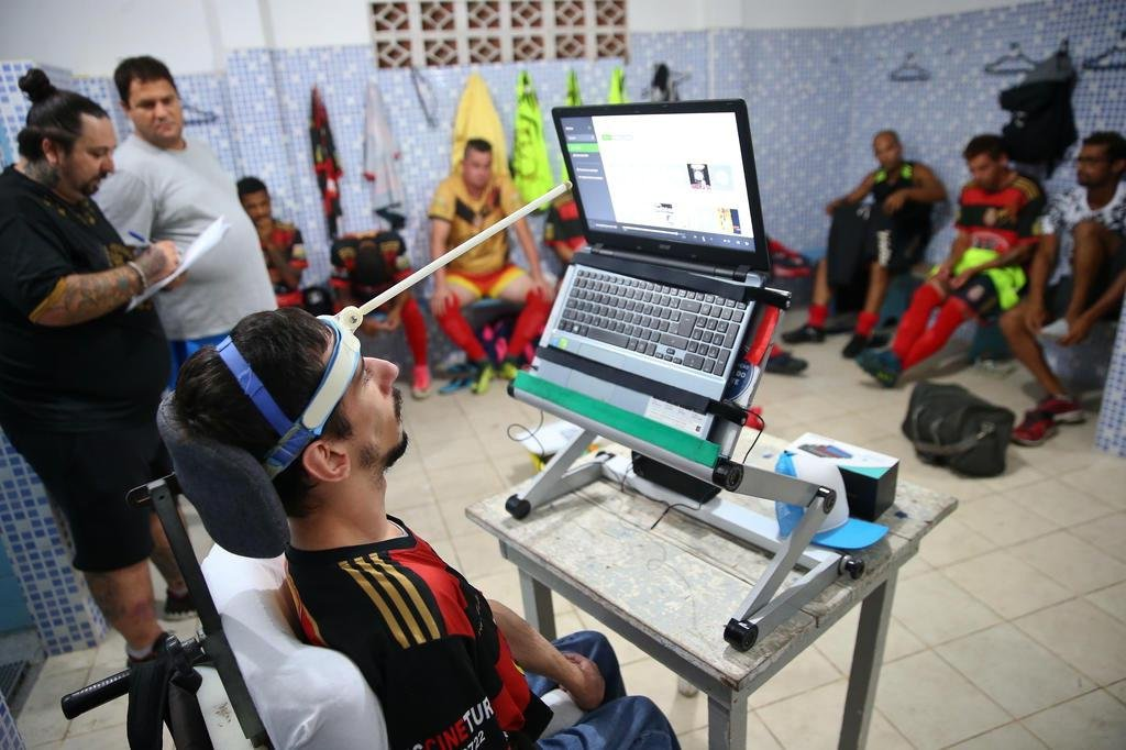 FLORIANÓPOLIS, SC, BRASIL, 05-04-2018: Jovem com paralisia cerebral vira auxiliar técnico no futebol amador em Palhoça. Augusto Delfino.