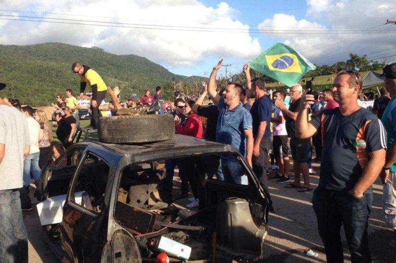 BIGUAÇU, SC - 29/05/2018. Manifestantes colocaram duas carcaças na estrada para impedir a entrada dos caminhões na Transpetro.
