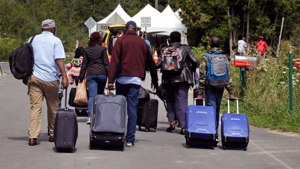 طالبو لجوء هايتيّون من الولايات المتّحدة يتّجهون نحو الحدود الكنديّة/Charles Krupa/AP
