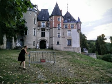 Dee stealthily sneaking past the defences at this chateau