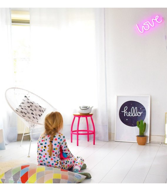Lmpara de nen con la palabra LOVE que se ilumina con luz