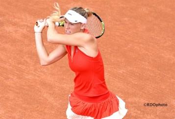 Il finale del rovescio della danese Wozniacki sulla terra rossa del Roland Garros - foto di Roberto Dell'Olivo