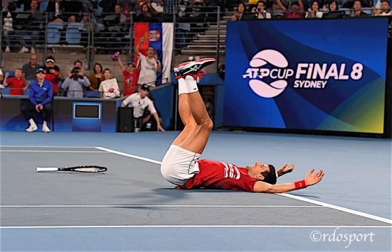 Djokovic a terra dopo la vittoria nella ATP CUP 2020 Sydney - foto di Roberto Dell'Olivo