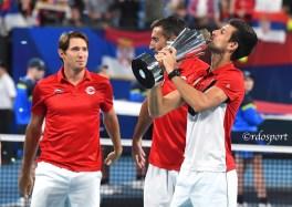 Djokovic bacia la coppa della ATP CUP 2020 - Sydney - foto di Roberto Dell'Olivo