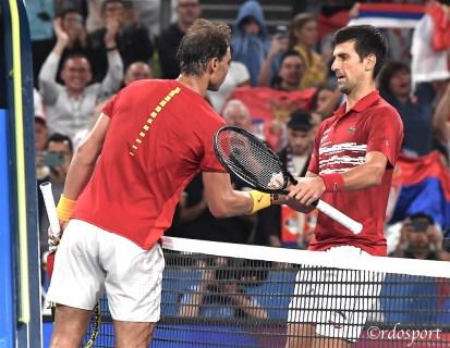 Stretta di mano tra Nadal e Djokovic alla fine del match della finalissima della ATP CUP tra Serbia e Spagna - foto di Roberto Dell'Olivo