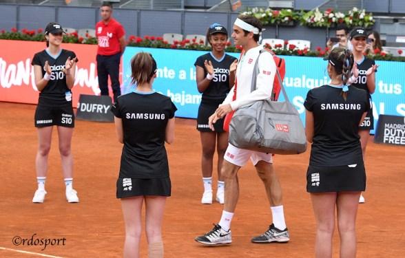 L'ingresso di Roger Federer sl campo Manolo Sanatana di Madrid