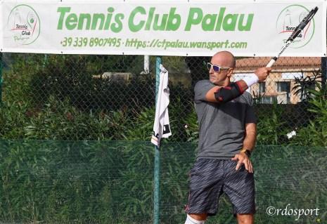 Il presidente si mette in posa giusto in corrispondenza dello striscione del Tennis Club Palau